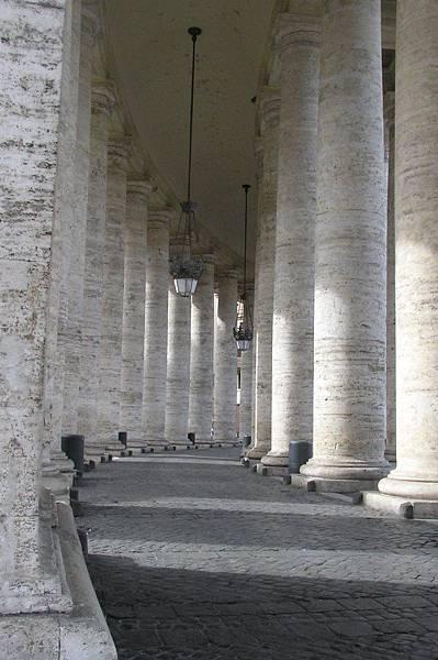 廣場兩旁的石柱