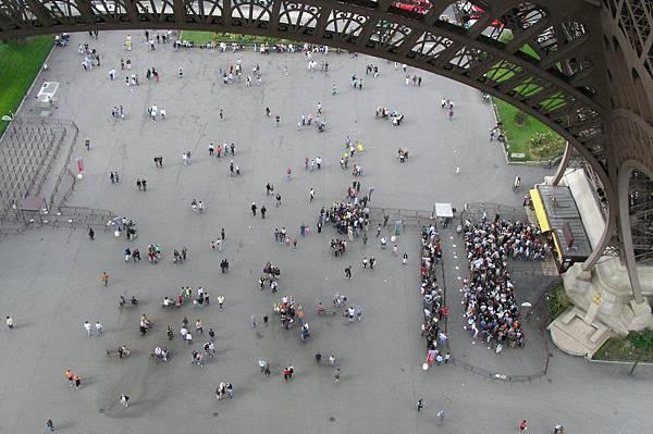 看看底下的人群
