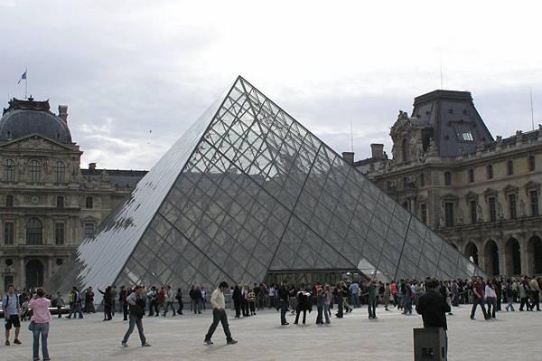 羅浮宮有名的玻璃金字塔