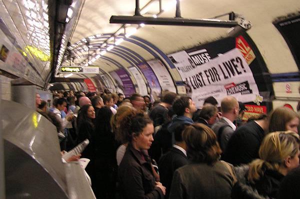 環狀線故障 地鐵站塞了一堆人
