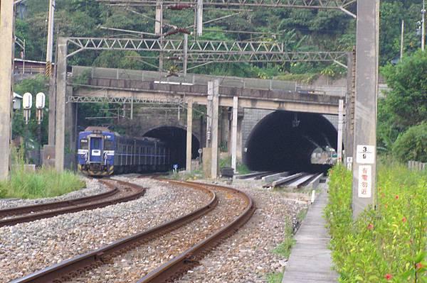 電車進竹仔嶺隧道