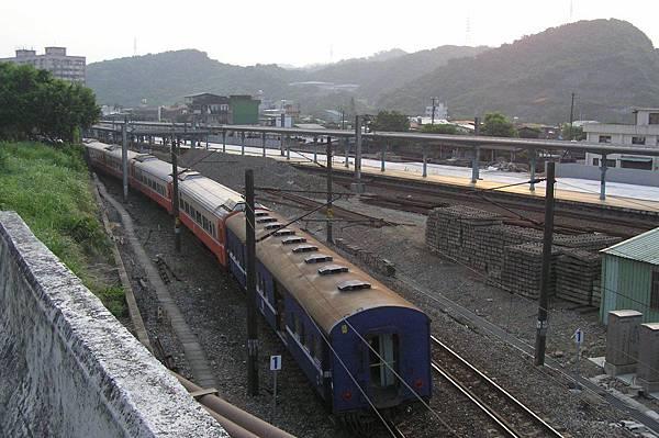 莒光號從宜蘭線進八堵車站