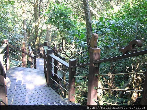 欄杆有松鼠裝飾的步道