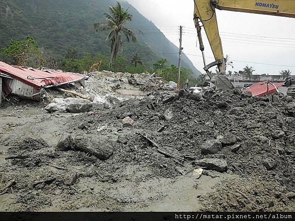 被破壞的鐵皮屋與高度驚人的土石