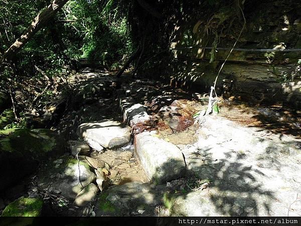 溪水西流往炮子崙瀑布