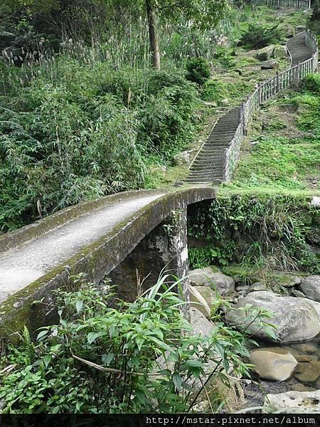 下陡梯接小橋