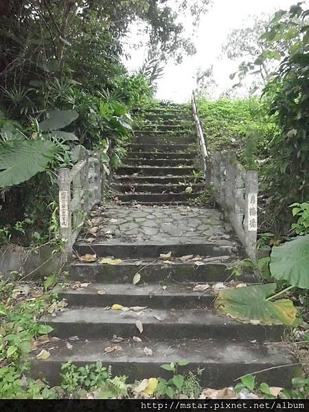 穿過水塔上「月陽橋」