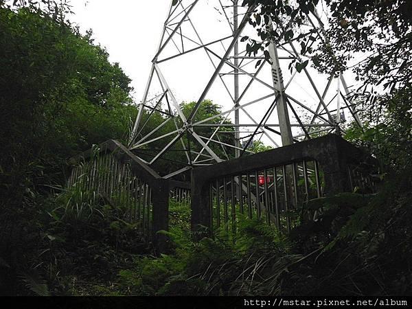 有圍牆的電塔