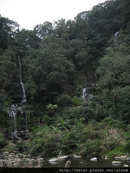 對岸的多層瀑布