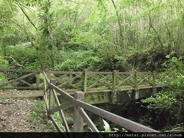 水泥橋面木欄杆