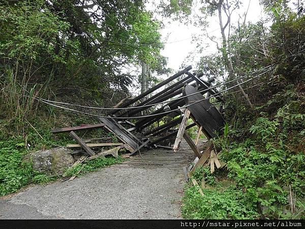 倒塌的木架
