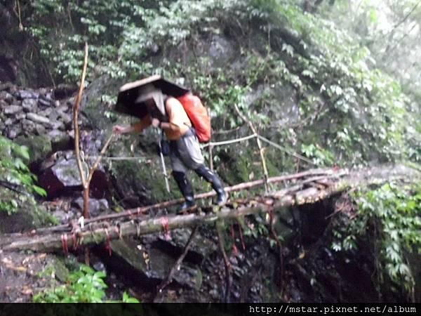 過破爛木橋