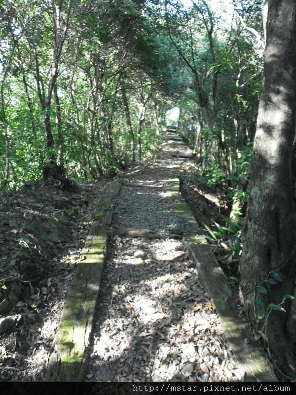 寬稜上的碎石路