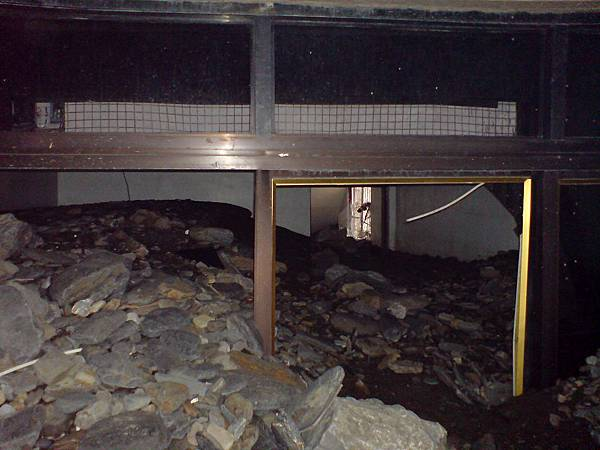 房子內的積土石頭甚至接近屋頂高