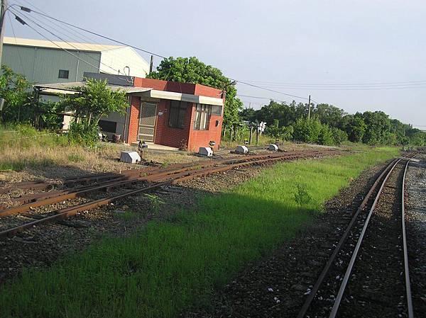 中間的會車站 (果毅後旗站)