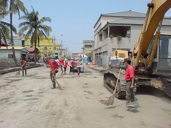 國軍忙著掃地中