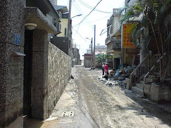 清理到稍像樣些的巷子
