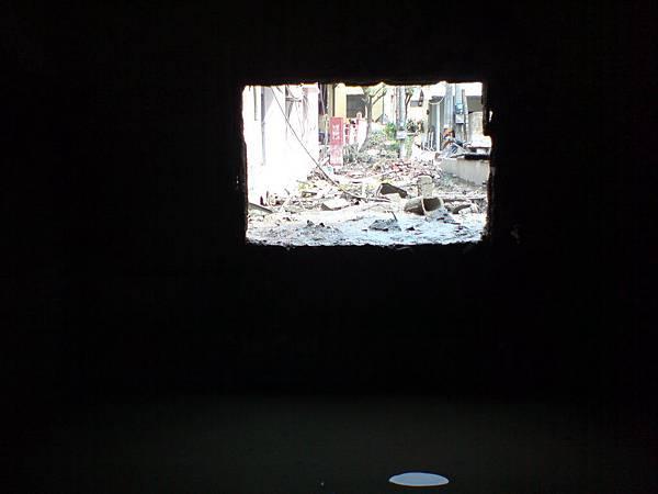 窗外的積土和廢棄物