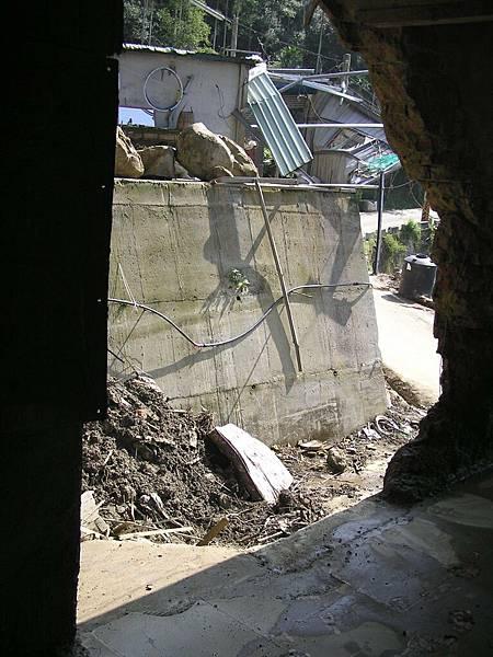 左側傾倒屋內土石處
