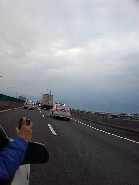 國道警察護送貨車