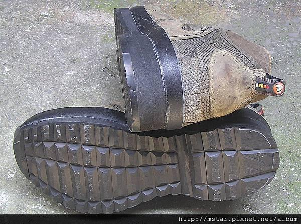 鞋底與左腳跟
