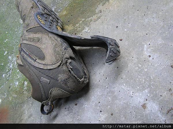 右腳鞋底脫落