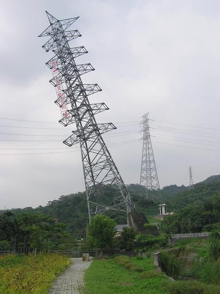 因車籠埔斷層而傾斜的電塔