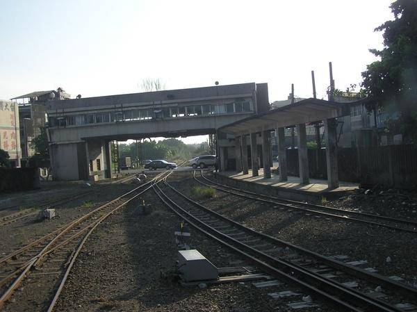 進站前也有月台