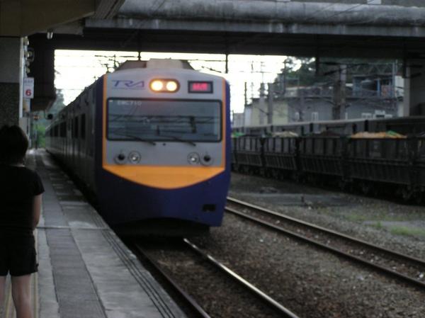 EMU700 進站