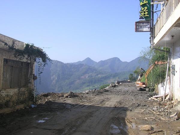 崩塌的道路