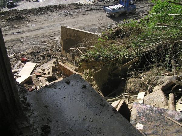 右側傾倒屋內土石處