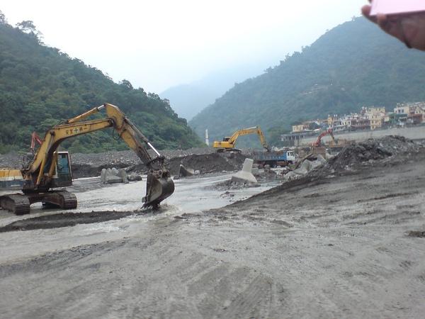大型機具仍在清理河床