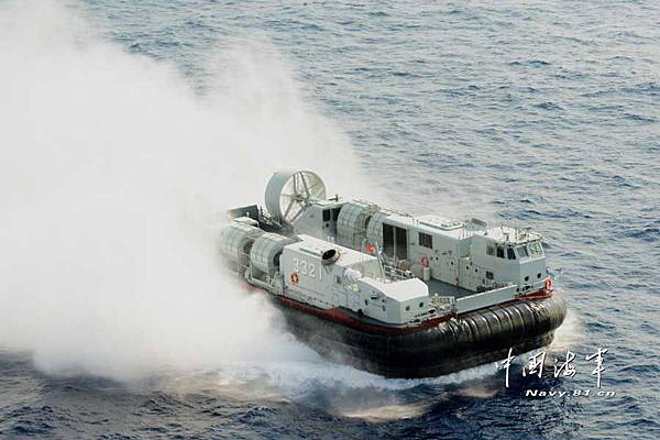 chinese+landing+craft+air+cushion+(lcac)+3321+in+action+Along+with+Type+071+Landing+Platform+Doc.jpg