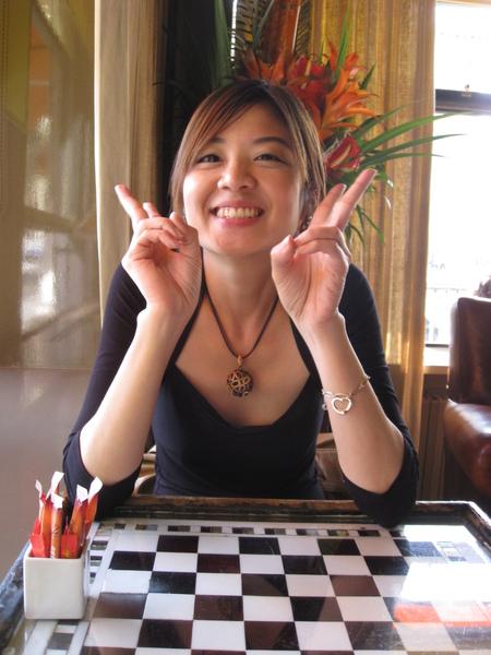 跟正妹在羅浮宮附近喝下午茶
