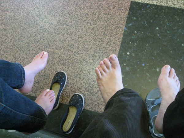 這兩個人走到腳浮腫,但是依然要馬不停蹄的去吃pizza