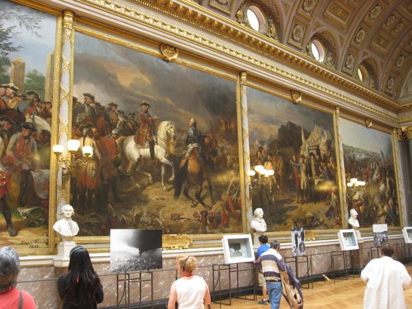戰廳-上面是每次勝戰的油畫,下面是近代戰爭可怕的照片,害我整個起雞皮疙瘩