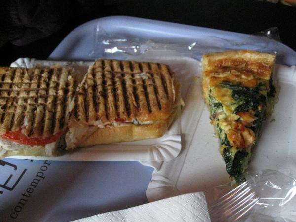 右邊的鹹餅好像是法國特有食物