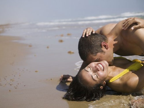 couple-kissing-on-beach-lg-2856703.jpg