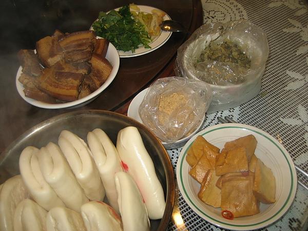 【飲食篇-刈包】:農曆12月16日.節氣:尾牙--習俗吃虎咬豬和潤餅!!(上班族拿手菜過節節易食譜)