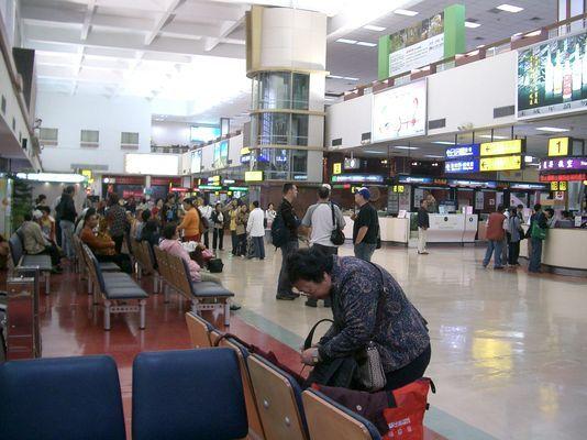 人來人往的松山機場