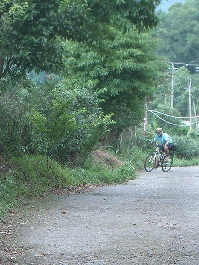 遠方來了一個單車騎士