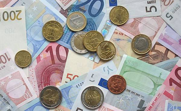 euro-coins-and-banknotes-e1312677373728.jpg