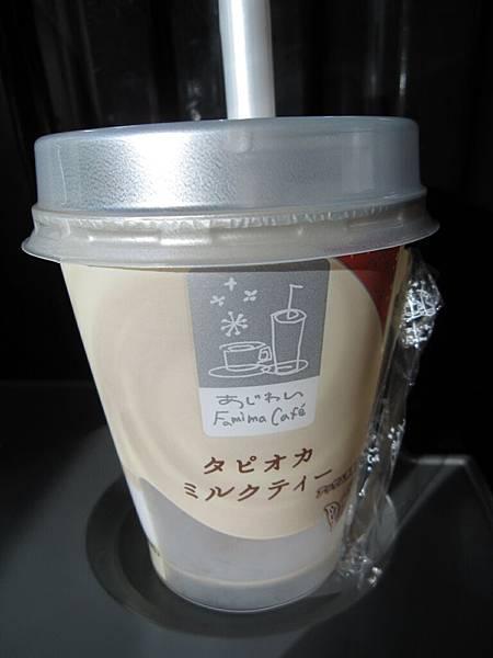 全家買的珍奶  真的很不優 那珍珠像硬一點的咖啡凍....JPG