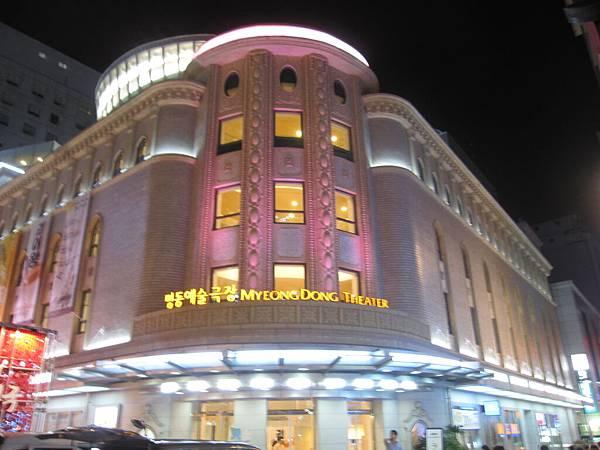 新蓋的藝術劇場  晚上看起來好美