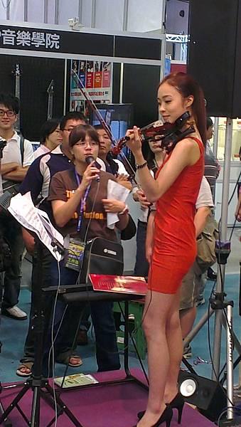 2012台北世貿樂器展-國北教美女小提琴手