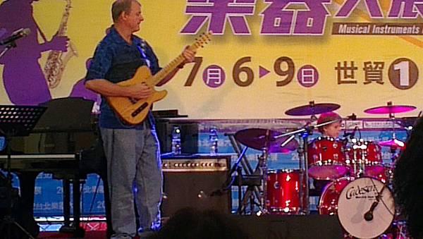 2012台北世貿樂器展-超可愛國外打鼓弟(父子演出)