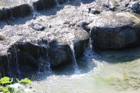 可見關仔嶺溪水帶有白色混濁感.JPG