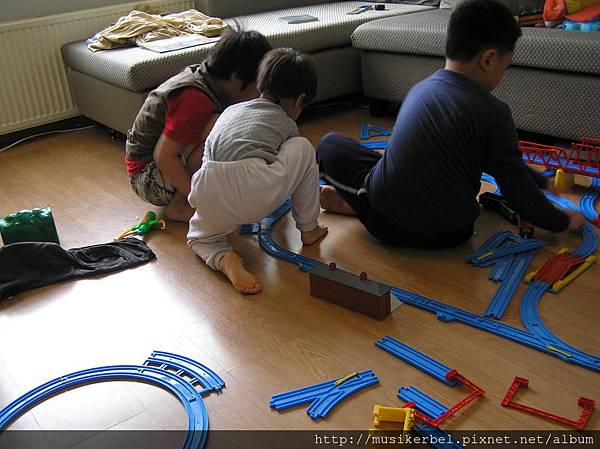 三兄弟玩火車