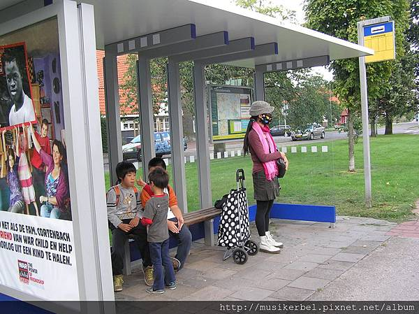 等公車也要玩