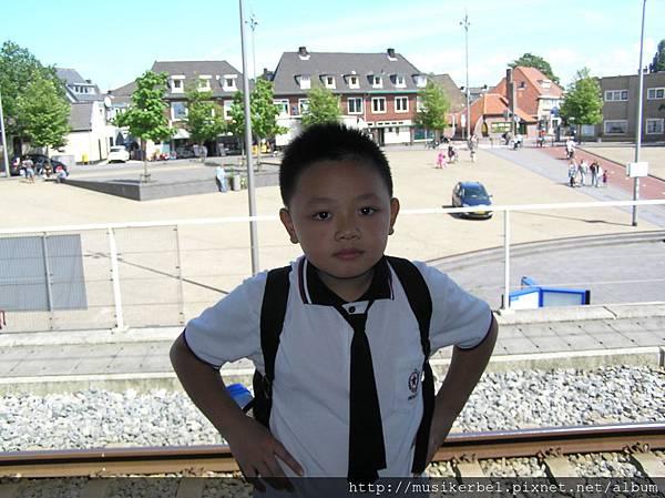 在車站等車